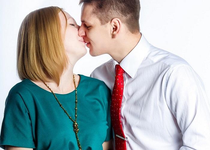 """Raymond Chandler enumera en esta frase cómo cambia la esencia del besar: """"El primer beso es mágico, el segundo íntimo, el tercero rutinario"""". Intenta hacer planes especiales y mirar a tu pareja con ojos nuevos cada día para darle besos de amor que no estén marcados por la rutina."""
