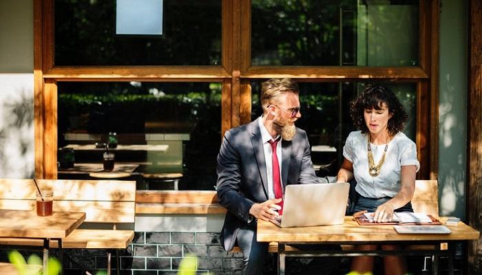 ¿Cómo enamorar a un compañero de oficina?