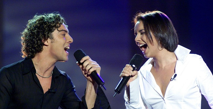 David Bisbal y Chenoa interpretando Escondidos