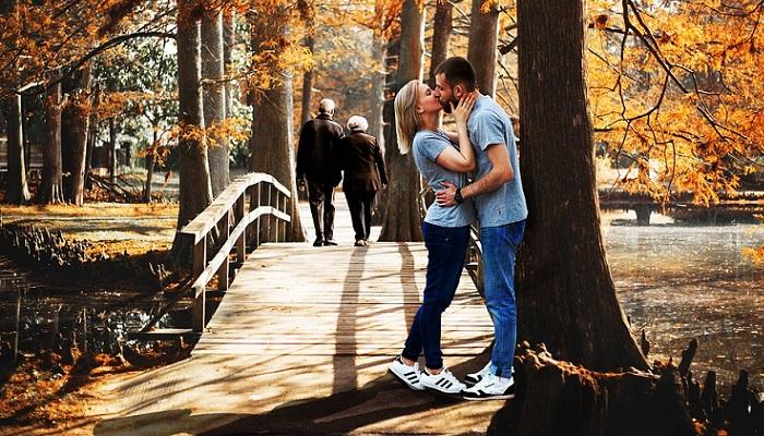 Beso romántico de pareja