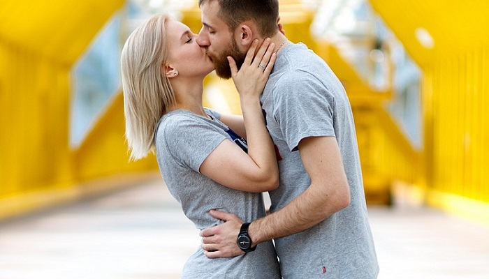 Besos felices en pareja