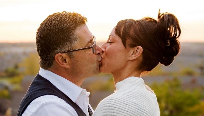 Beso pareja amor