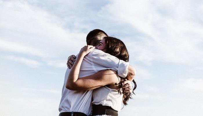 Abrazo de reconciliación