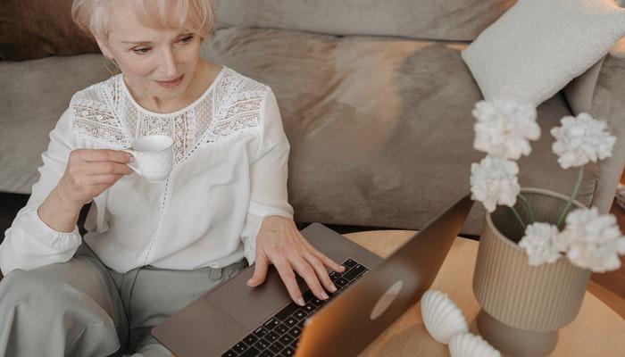 Amigo virtual que es experto en tecnología
